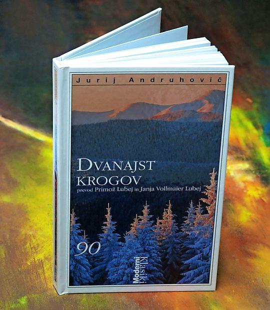 V romanu Dvanajst krogov, ki je lani v slovenskem prevodu izšel pri  Cankarjevi založbi, je vodilni sodobni ukrajinski pisatelj napeto pripoved  zabelil z eksplozijo raznolikih slogov in širokim jezikovnim registrom.