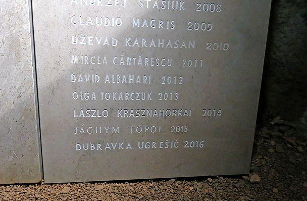 Dosedanji  lavreati so v tridesetletni festivalski zgodovini s svojimi imeni  zapolnili že dve veliki marmorni  plošči v kraški jami. V soboto se jim bo   pridružil še Jurij Andruhovič.