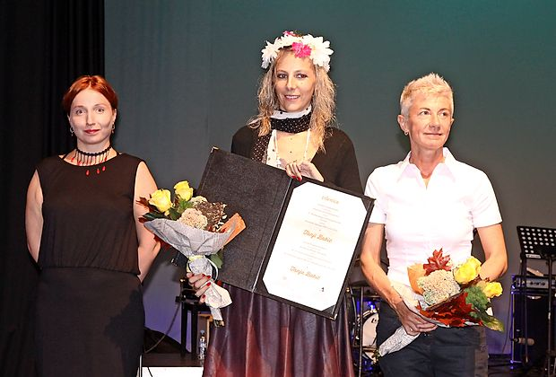 Na sežanskem odru so  gromek aplavz požele (z leve) lanska dobitnica štipendije Srednjeevropske pobude Katerina Kalitko, letošnja dobitnica Tanja Bakić in avtorica v središču  Suzana Tratnik.