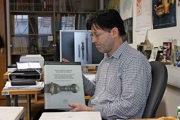 Dr. Peter Turk je urednik in soavtor knjige o Mušji jami. Poleg njega sta kot glavni avtorici podpisani še akad. dr.  Biba Teržan in dr. Elisabetta Borgna.