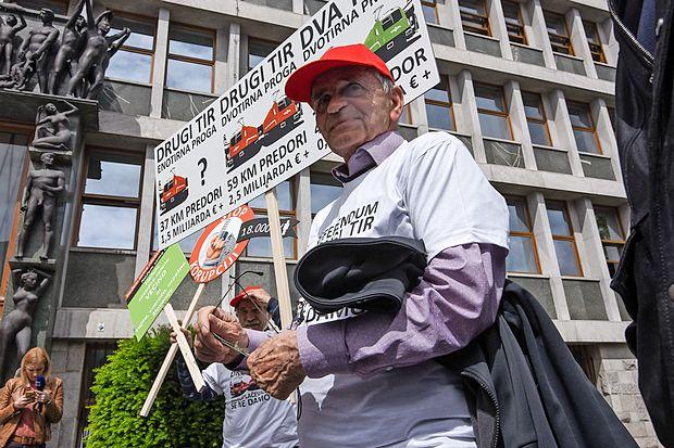 Pobudnik je vodja civilne iniciative Davkoplačevalci se ne  damo Vili Kovačič, podpise pa mu bodo pomagali zbirati tudi  v največji opozicijski stranki SDS.