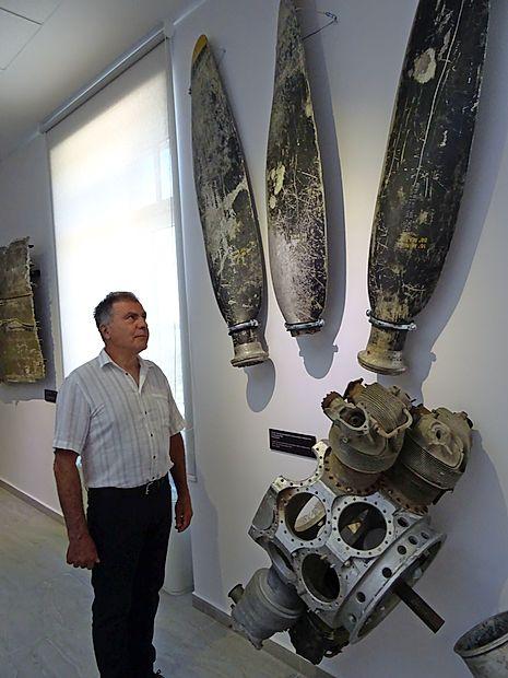 Zbiratelj Miran Wahl je za razstavo prispeval dele ameriškega  bombnika B-24, ki je padel pri Jeličnem vrhu pri Idriji.