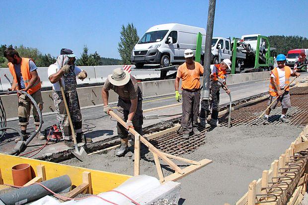 Med gradbenimi delavci, ki tudi v največji vročini popravljajo  naše ceste, prevladujejo tujci.