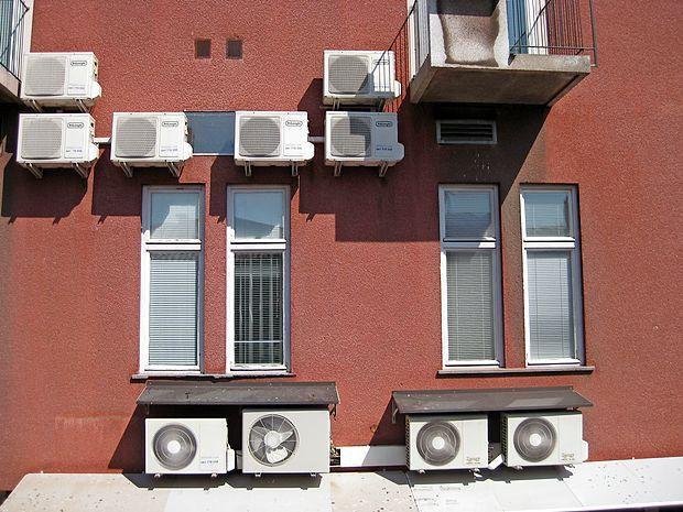 Vseskozi vključene klimatske naprave v času štirih zaporednih vročinskih valov v zadnjih tednih  prispevajo k večji  skupni porabi električne energije.