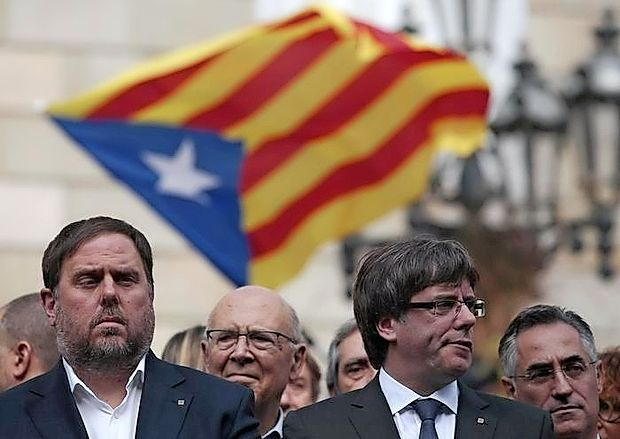 Predsednik katalonske vlade Carles Puigdemont (desno) je  včeraj pozval k mednarodnemu posredovanju v krizi.