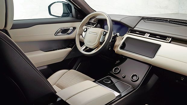 Voznik s funkcijami upravlja izključno prek zaslonov na  dotik.