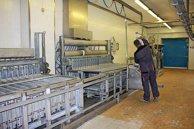 Nekdanje prostore in opremo Mipovega obrata v Kromberku  te dni čistijo, da bi s prodajo iztržili čim več.