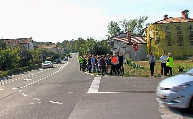 Udeleženci delavnice so si ogledali tudi križišče na Ajševici, ki  bo preurejeno v prvo betonsko krožišče pri nas.