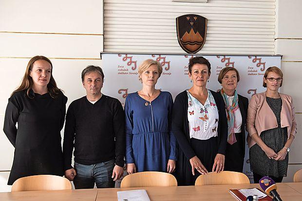 Ekipa, ki bo pomagala novi predsednici ZSSS Lidiji Jerkič  (četrta z leve) napoveduje   odgovore na izzive sodobnega  časa.