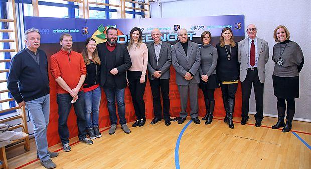 Gostitelj današnjega srečanja Marko Strle (četrti z leve), ki bo  s Karin Sabadin (ob njem) vodil zaključno prireditev, je  predstavil kandidate in kandidatke za naziv osebnost Primorske 2016.