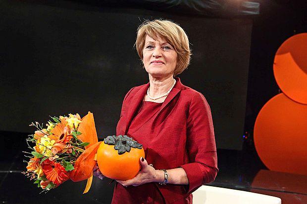Lanskoletna zmagovalka je bila borka za gradnjo centra za  osebe s posebnimi potrebami Angela Lampe. Komu bo  predala zlato jabolko?