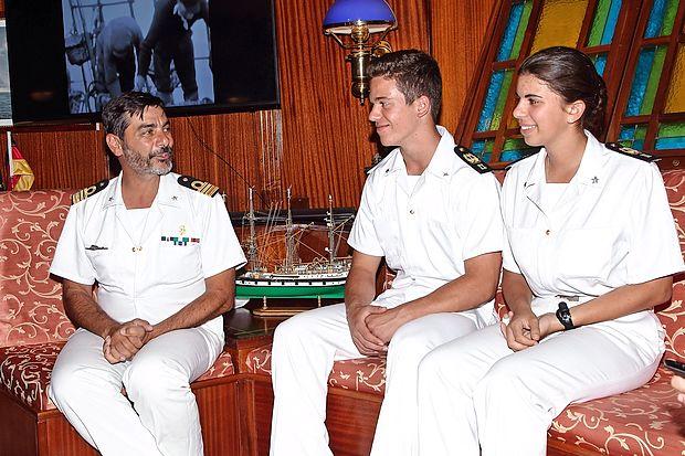 Kapitan fregate Giuseppe Valentini, ob njem 18-letni dijak  Matteo Valenti in 17-letna Chiara Lovatelli.