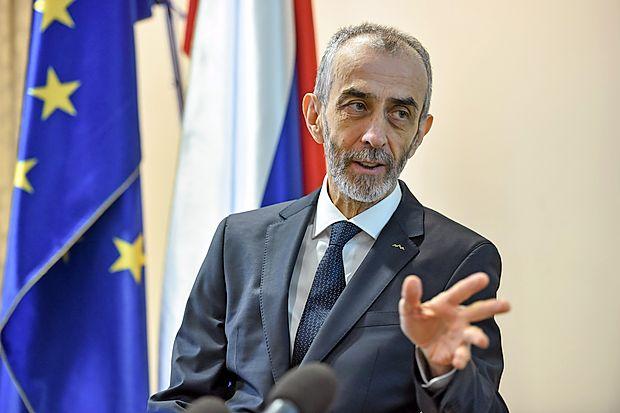 Milan Jazbec je 19. aprila kot prvi napovedal kandidaturo za predsednika  Slovenije, 21. septembra pa jo je kot prvi tudi umaknil.