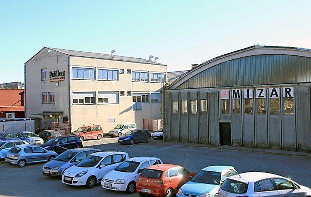 Proizvodne in skladiščne prostore družbe R-Mizar v stečaju  je odkupil sosed, družba Polident. Dotrajane objekte nameravajo porušiti in zgraditi nove.