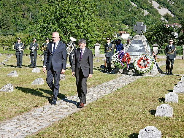 Predsednika državnih zborov sta položila venca k spomeniku  na pokopališču v Modrejcah.