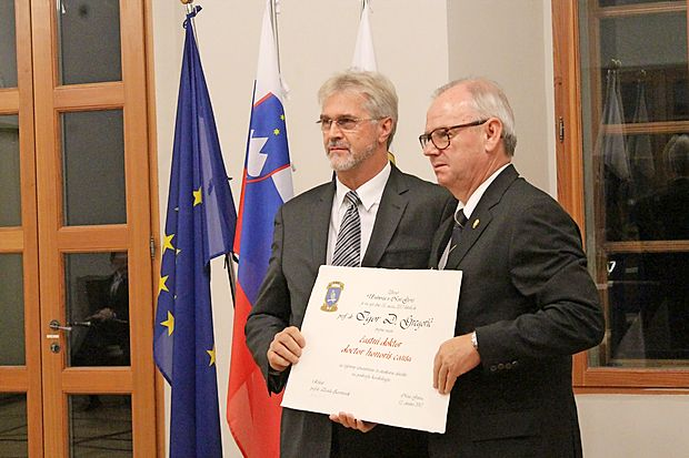 Rektor UNG Danilo Zavrtanik in nov častni doktor Igor  Gregorič (z desne).