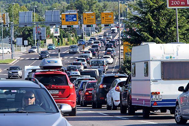 Gneče na primorskih cestah so predvsem posledica turistov,  ki potujejo proti Hrvaški.