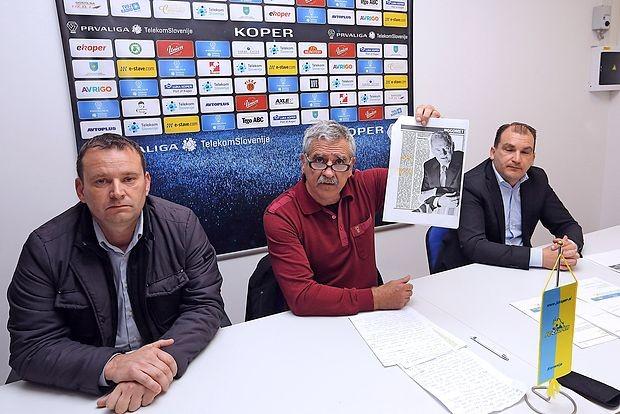 Vodstvo FC Koper: predsednik Valter Valenčič ima v rokah  članek s fotografijo Milana Mandarića, do katerega ne  priznava obstoja dolga. Poleg njega sta  člana upravnega  odbora Dejan Škerlič (levo) in  Goran Malenič  (desno).