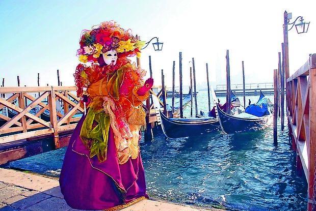 Kulisa Benetk je še kako primerna za skrivnostne poglede  izza lično izdelanih mask.