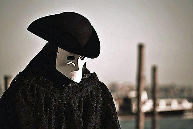 Med karnevalom so Benečani, tako ženske kot moški, nosili  maske bautta, da bi se lahko skrili pred zakonom ter počeli  stvari, katerih sicer ne bi smeli. Zgodovina pravi, da so tudi  duhovniki in nune nosili maske, da bi se skrili pred javnostjo  pred občasnimi ljubezenskimi razmerji.
