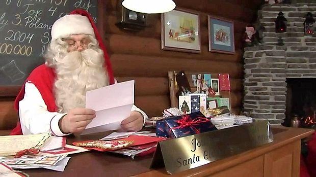 Topla izba in v njej Božiček: tu so sanje in želje dovoljene  vsem. Tu Božiček prebira pisma otrok z vseh koncev sveta.