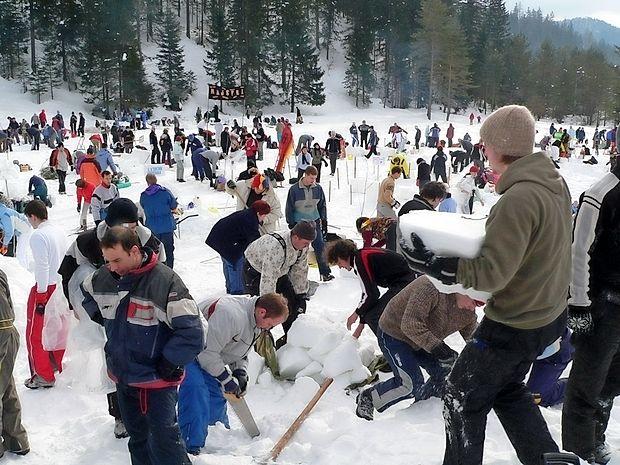 V soboto  je čas za umetniško ustvarjanje. Skupine graditeljev  (5-8 članov), ki vsaka s svojim načrtom, tehniko in zagnanostjo zidajo, oblikujejo in sestavljajo mojstrske snežne  skulpture.