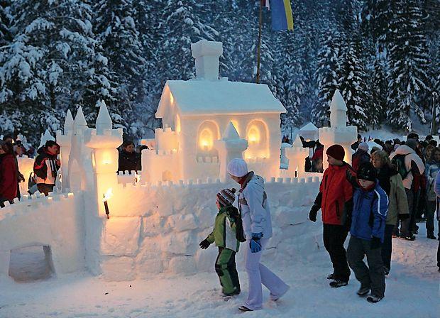 Dan se prevesi v večer, ta pa z majhno pomočjo svečk in  bakel  v pravo malo snežno pravljico.
