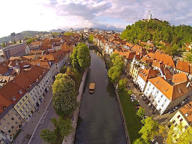 Reko Ljubljanico in njene lepote najbolje doživite na vožnji s  turistično ladjico.