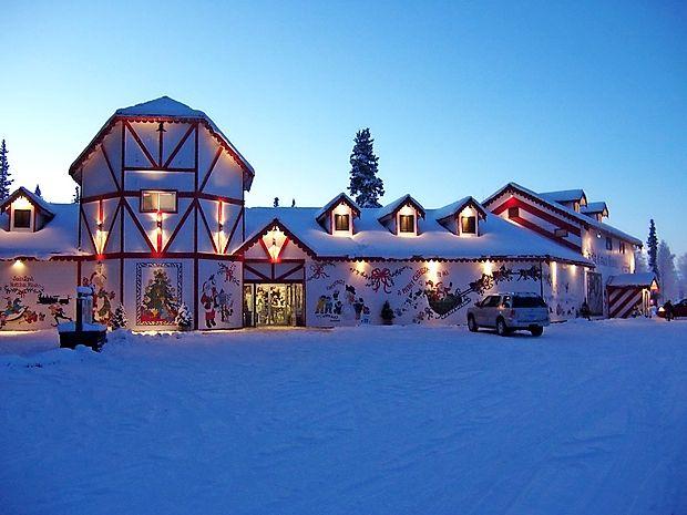 Mnogi zatrjujejo, da dobrodušni bradač domuje drugje, daleč  na severu, v deželi večnega ledu in snega na Severnem  tečaju. Družbo naj bi mu delali pridni palčki, močni severni  jeleni in seveda gospa Božičkova.