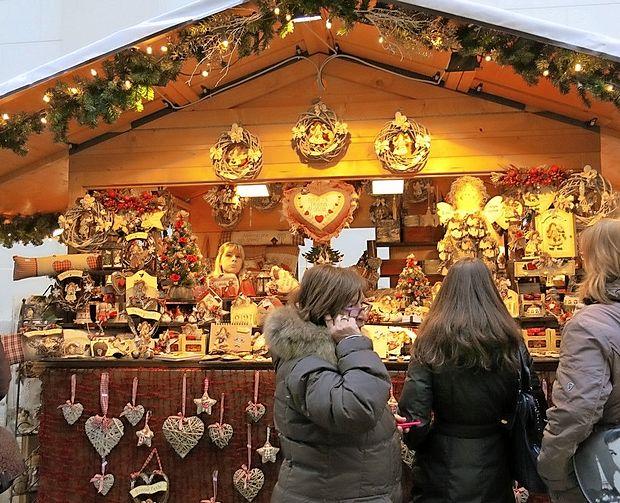 Sprehod med osvetljenimi stojnicami je prijeten in mikaven, pa tudi primerna glasba ustvarja  pravo božično vzdušje.