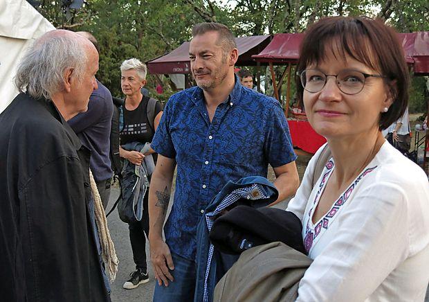 Pred vstopom v jamo sta pokramljala tudi pisatelj in prevajalec   Ludwig Hartinger (levo), Avstrijec, zaljubljen v slovenščino, in francoski pisatelj Alexandre Bergamini. V objektiv se je v ozadju ujela še  letošnja slovenska avtorica v središču Suzana Tratnik, v ospredju pa  pesnica iz avstrijske Koroške Cvetka Lipuš.