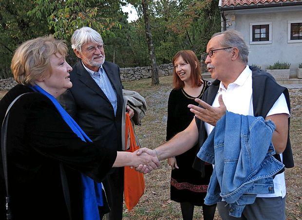 Festivalsko nagrajenko Dubravko Ugrešić je po dolgih letih spet  pozdravil tržaški pisatelj in režiser Marko Sosič, njuno vnovično  srečanje pa je razvedrilo tudi predsednika Društva slovenskih pisateljev Iva Svetino in predsednico vileniške žirije Lidijo Dimkovsko.