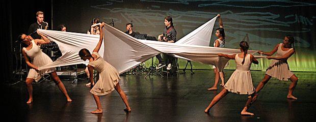 Slovesno otvoritev Vilenice so v Kosovelovem domu Sežana z radoživo umetnostjo obogatile domačinke iz plesne skupine  Mehki čevlji in prav tako mladi glasbeniki.