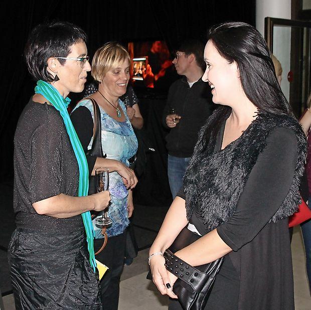 V objektiv smo ujeli tri dame, ki marljivo skrbijo za kulturo na  Krasu  (z leve): direktorico Kosovelovega doma Nino Ukmar,  direktorico Kosovelove knjižnice Magdaleno Svetina Terčon  in predsednico Kulturnega društva Vilenica Tinkaro Kovač.