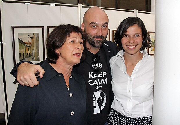 Režiserka otvoritvene prireditve Milojka Širca in  njena hči,  pravnica  Marjana Garzarolli, sta medse vzeli slikarja  Simona  Kastelica, ki je poskrbel za likovno opremo prireditve.