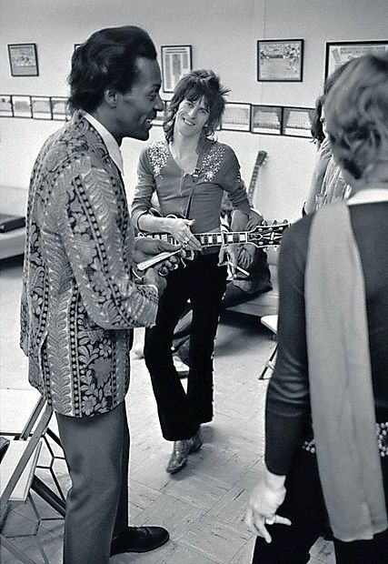 """Nasmeh, ki pove vse: Keith Richards iz benda The Rolling  Stones zre v svojega  junaka.   """"Ugasnila je ena mojih velikih  luči,"""" je Richards tvitnil včeraj."""