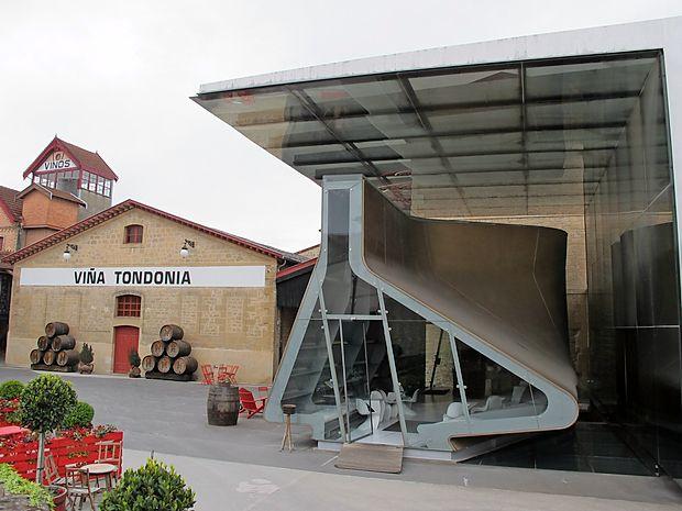 Prizidek, delo Zahe Hadid, je v obliki dekanterja za vino.