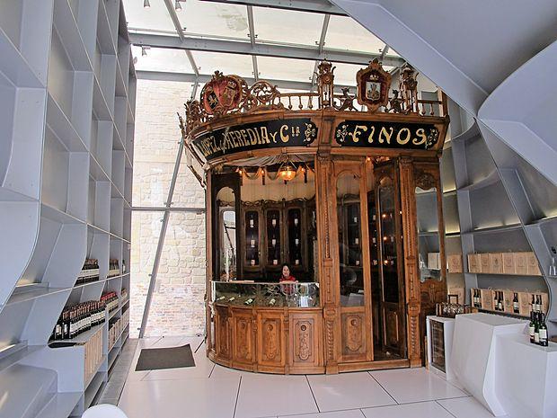 Pult z vinske razstave v Madridu, osrednji eksponat Hadidinega dekanterja.