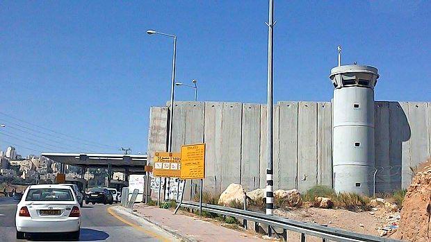 Jeruzalem obdaja visok betonski zid.