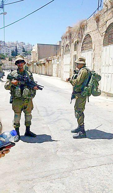Do zob oboroženi vojaki preverjajo dokumente tako domačinom kot turistom.