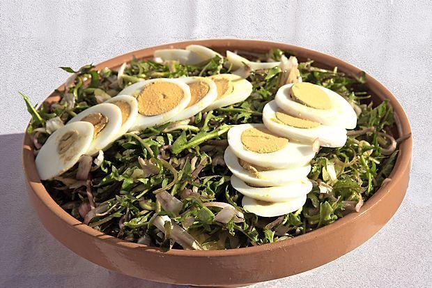 Skleda regratove solate z jajci in fižolom je polnovreden obrok.  ivan merljak