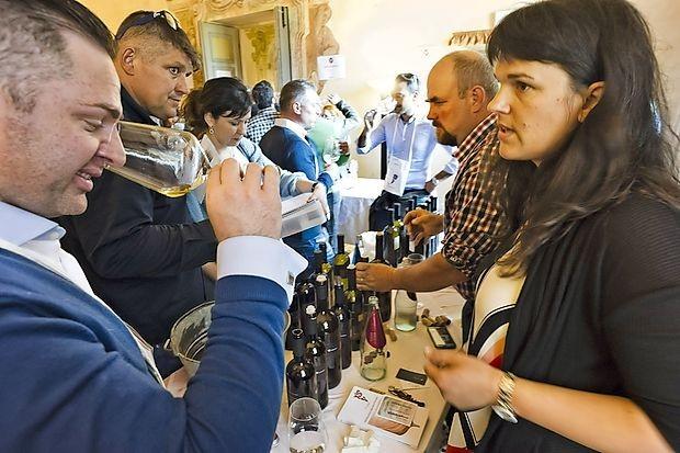 Loredana in Sebastjan Štemberger (v ozadju) sta, tako kot še  nekaj slovenskih vinarjev,  svoja vina predstavila na sejmu  VinNatur v bližini Vicenze.