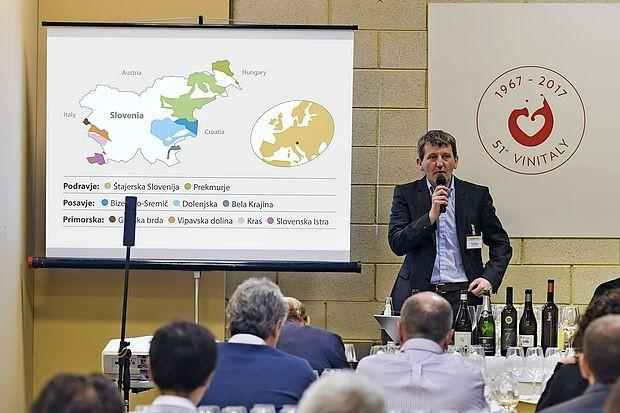 Robert Gorjak iz vinske šole Belvin je vodil razprodano  degustacijo 12 slovenskih vin, osem je bilo primorskih,  za  novinarje z vsega sveta.