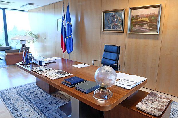 Edina knjiga, ki jo ima predsednik vlade vedno na mizi, je  slovenska ustava.