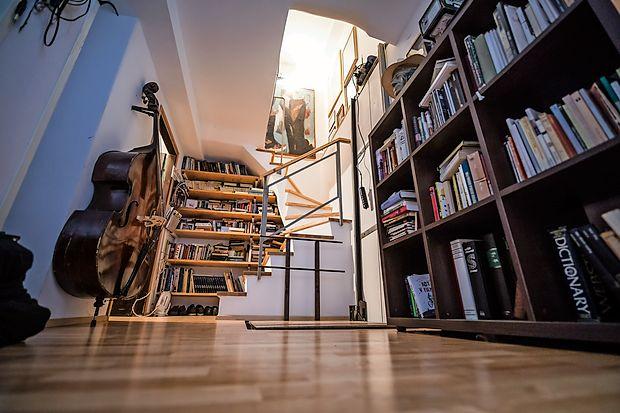 Glasbena soba in knjižnica domujeta v spodnji etaži.