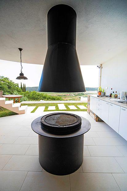 Letna kuhinja z monolitnim, po naročilu narejenim kaminom