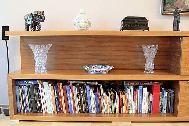 Osrednji bivalni prostor povezuje življenje v hiši: umetnost,  glasbo in druženje.