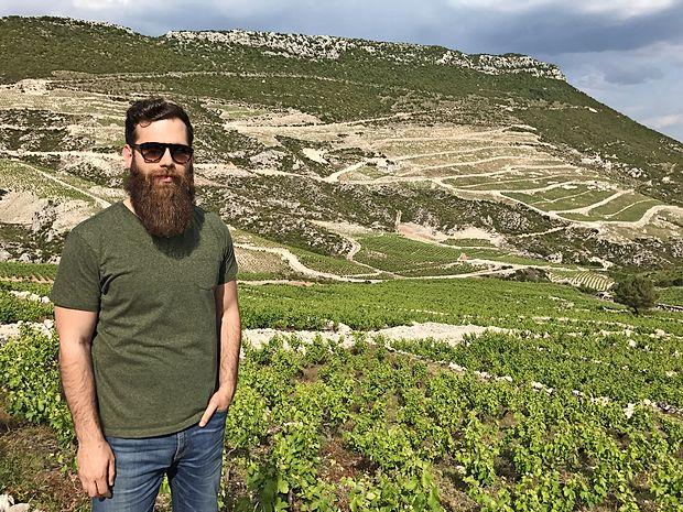Ivan Miloš sredi družinskih vinogradov v Ponikvah na Pelješcu, ki jih vzgajajo na ekološki način in v katerih je le ena sorta vinske trte, mali plavac.