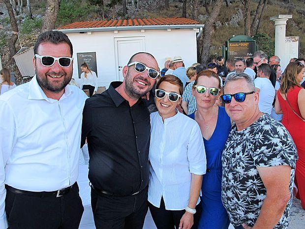 Vsako leto v začetku julija Ante Pižić ter Alen in Vesna Bibić (z leve) priredijo v domačem Skradinu nadvse prijeten  Festival finih vin. Med drugimi sta slovenske barve zastopala  Tina Skrinjer in Stojan Ščurek.