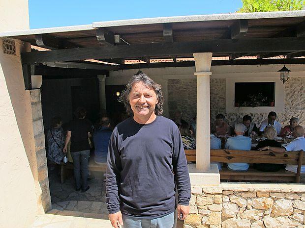 Frano Milin - Bire iz Lumbarde na Korčuli, kjer edini pridelujejo vino iz sorte grk.